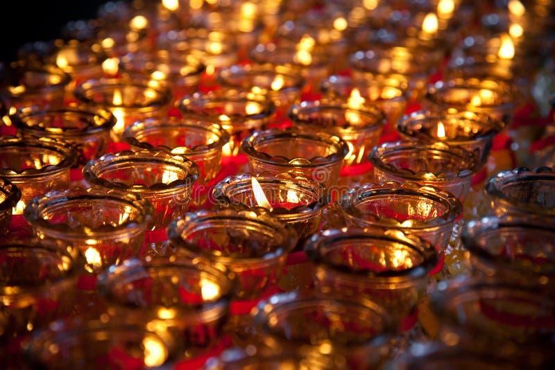 Bougies de prière à un temple bouddhiste images libres de droits