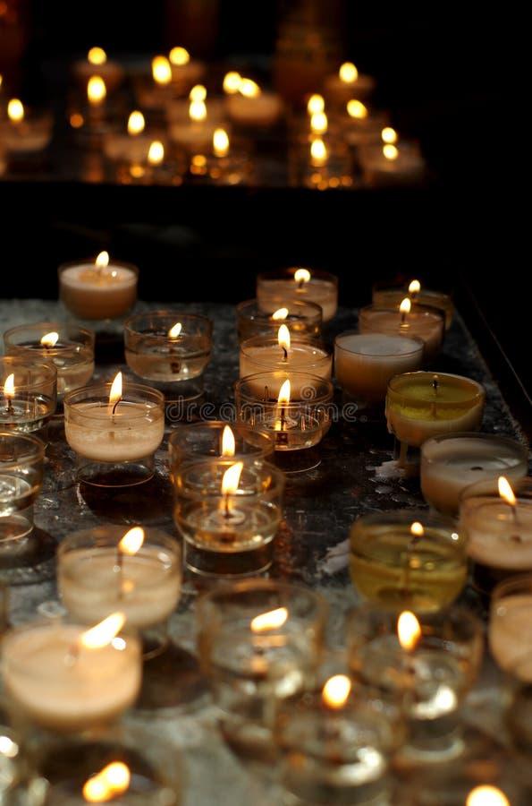 Bougies de prière de cathédrale photo libre de droits