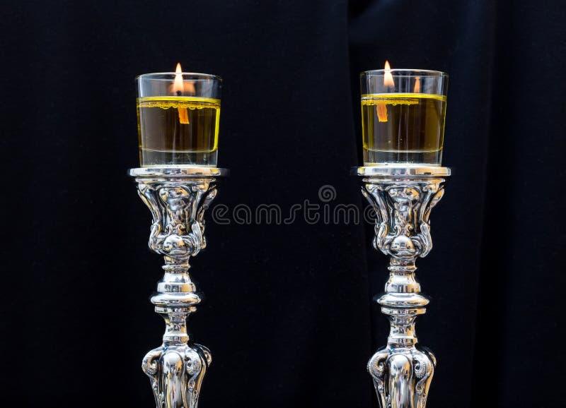 Bougies de Shabbat Chandeliers argentés avec l'huile d'olive images stock