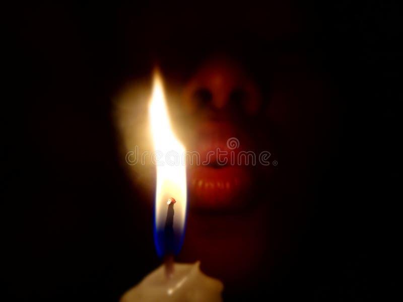 Bougies de soufflement dans la chambre noire qui jour ou anniversaire de panne d'électricité photographie stock