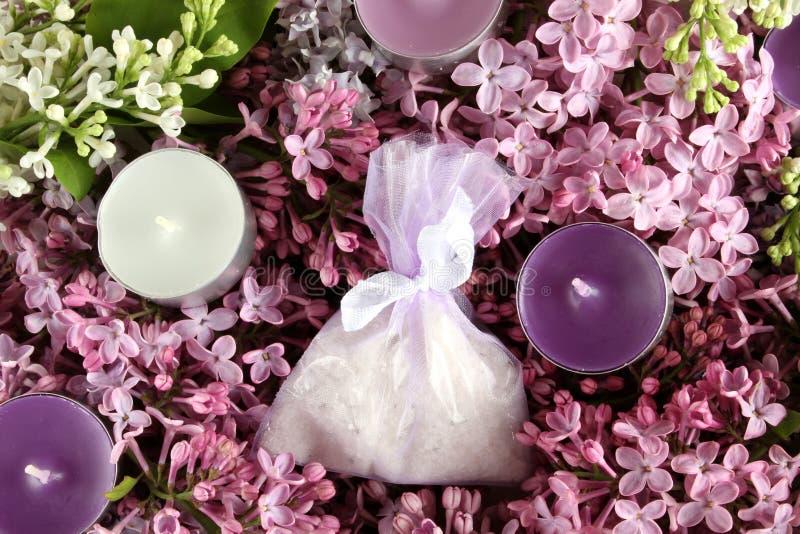 Bougies de thérapie de station thermale, sel aromatique et lilas images stock