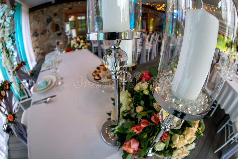 Bougies en chandelier et fleurs sur ?pouser la table images stock