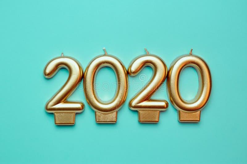 bougies en forme de nombre formant des nombres d'or pendant 2020 nouvelles années photographie stock libre de droits
