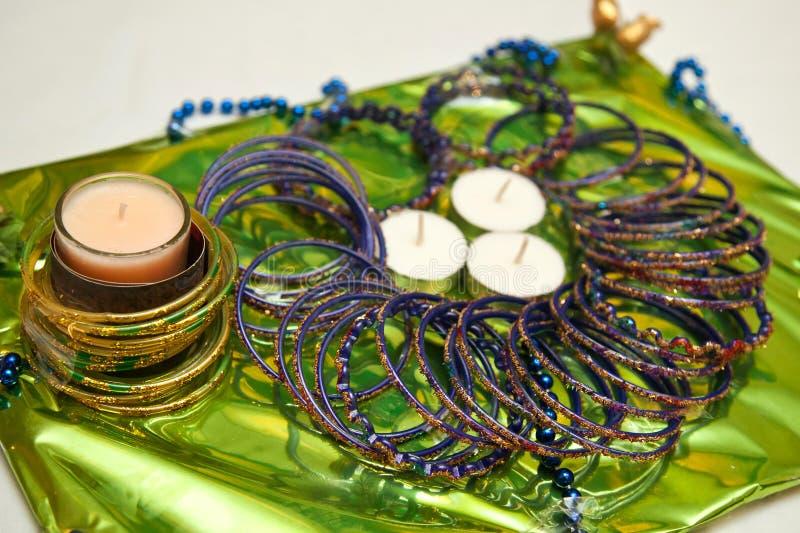 Bougies et bracelets pour la cérémonie pakistanaise de Mehndi photographie stock libre de droits