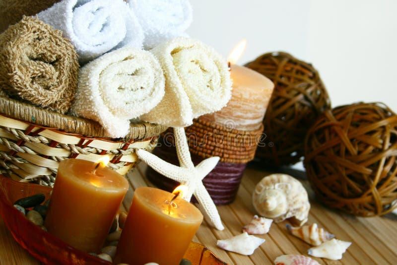 Bougies et essuie-main de bain photo stock