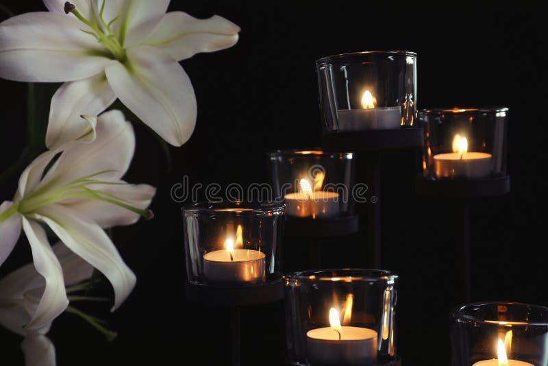 Bougies et fleurs brûlantes images stock