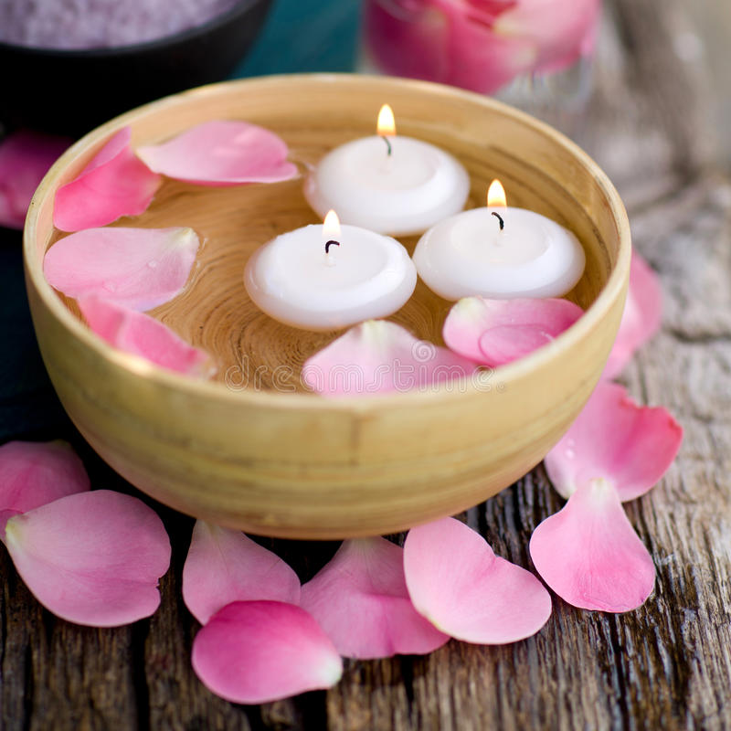 Bougies et lames de rose photos stock