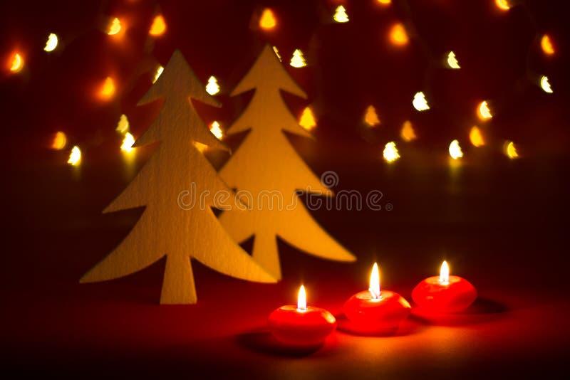 Bougies et ornements de Noël au-dessus de fond foncé avec les lumières formées de bokeh photo stock