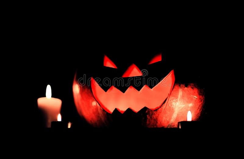 Bougies et potiron pour Halloween sur le fond fonc? photo libre de droits