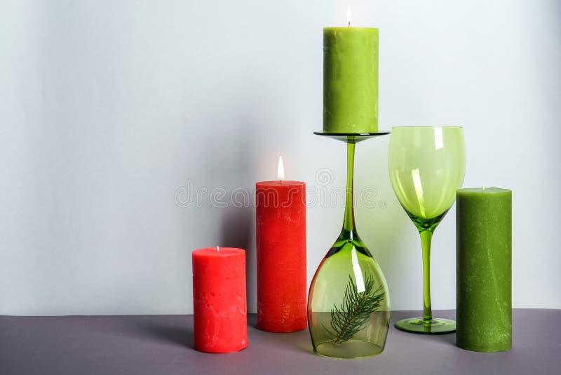 Bougies et verres à vin décoratifs de cire photographie stock
