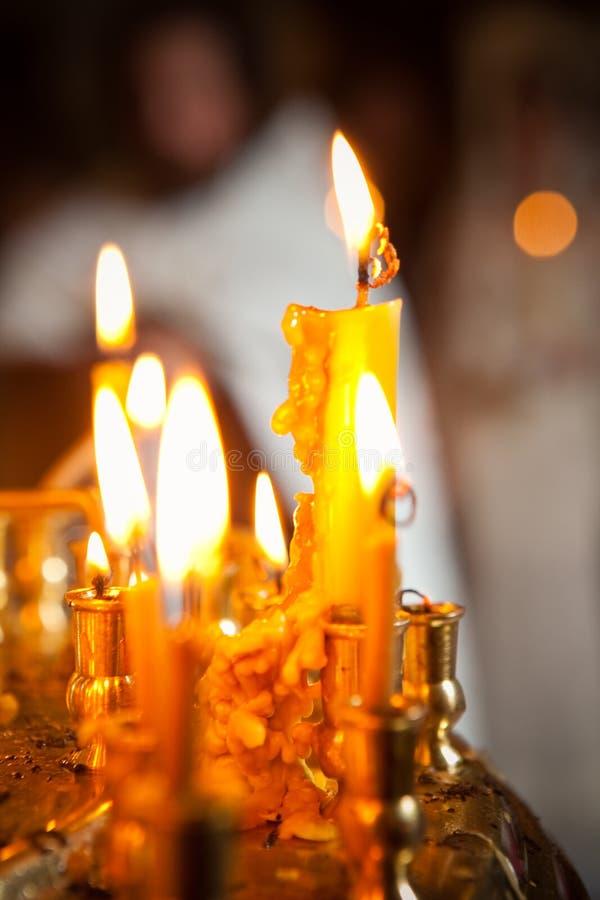 Bougies jaunes d'église Fond initial photos stock