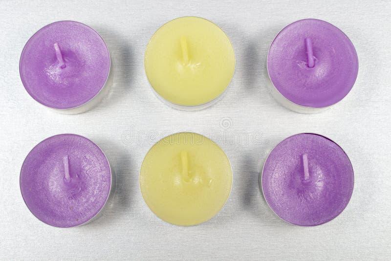 Bougies parfumées sur le blanc image stock