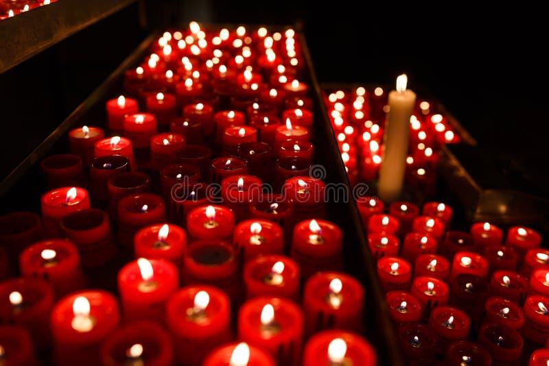 Bougies pour des prières image libre de droits