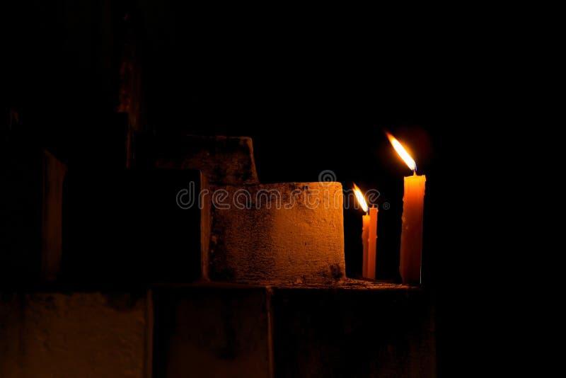 Bougies rituelles sur l'étape de la pagoda sacrée la nuit photographie stock libre de droits