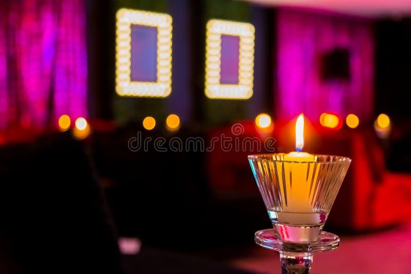 Bougies romantiques dans la pièce pourpre et rose pour le jour de valentines photographie stock libre de droits