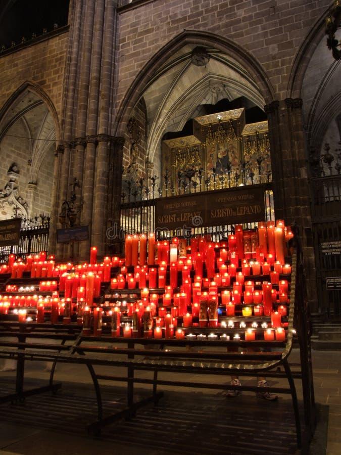 Bougies rougeoyantes dans la cathédrale photographie stock libre de droits