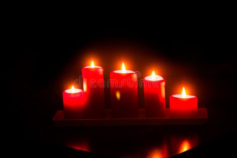 Bougies rouges de combustion images stock