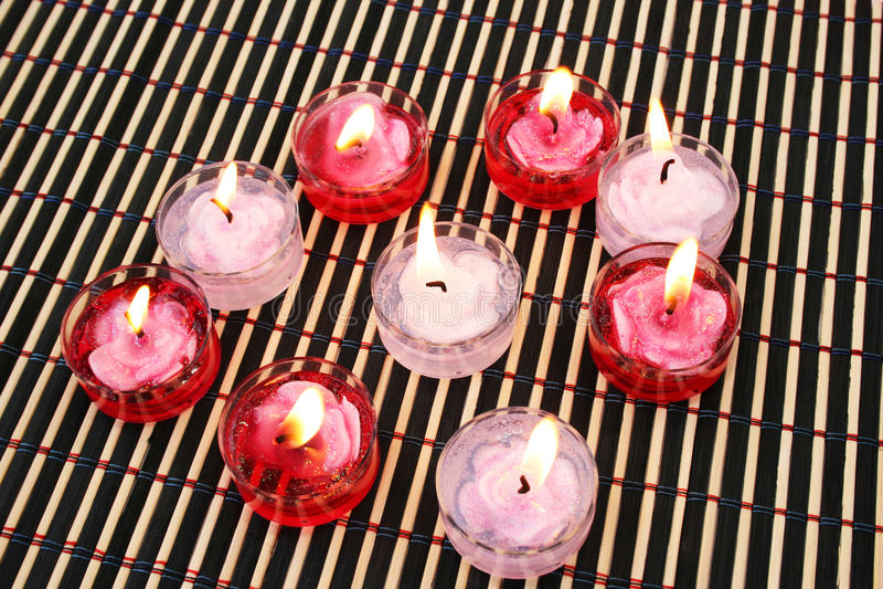Bougies rouges et roses photographie stock libre de droits