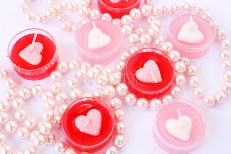 Bougies rouges et roses avec le collier image stock