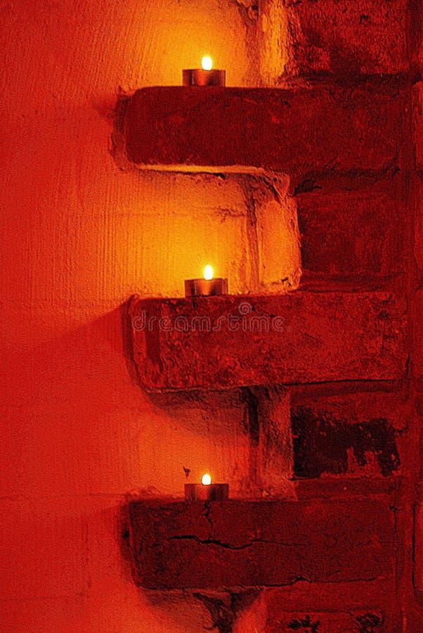 Bougies sur des briques photos libres de droits