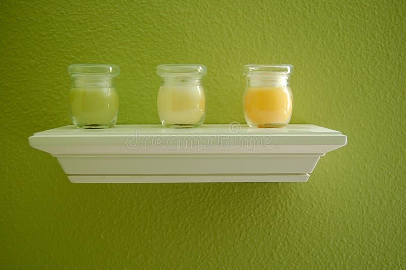 Bougies sur l'étagère image stock