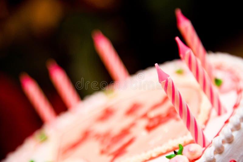 Bougies sur un gâteau d'anniversaire images stock