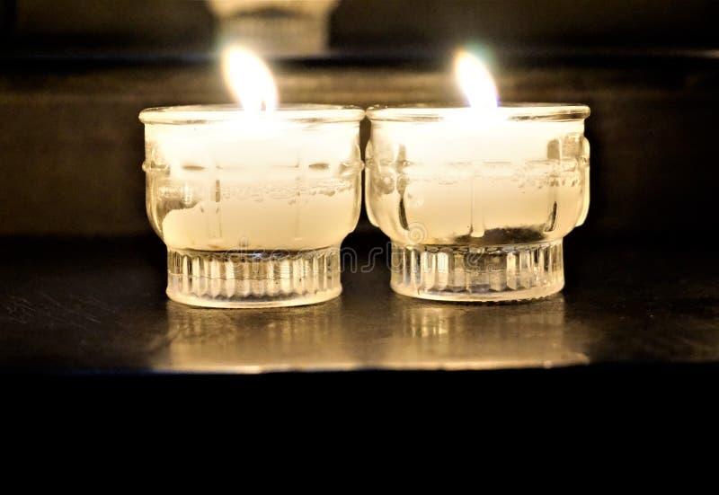 Bougies votives dans l'église images stock
