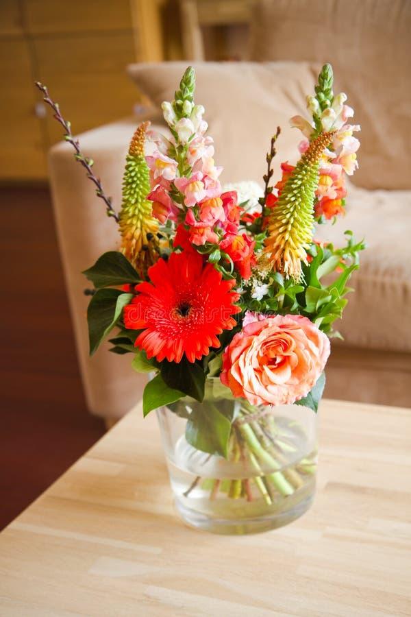 bouguet vase γυαλιού λουλουδιώ&nu στοκ φωτογραφία