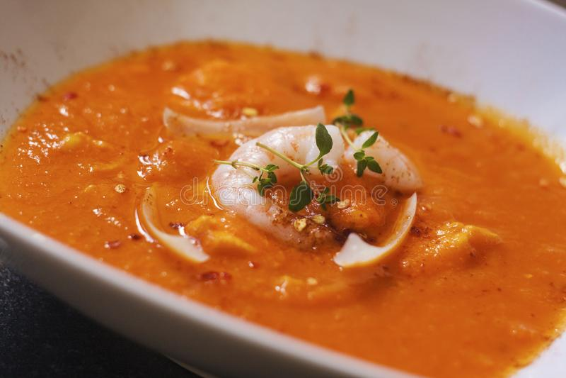 Bouillabaisse polewka Wyśmienicie rybia polewka z shimps, rybi polędwicowym i warzywami, fotografia stock
