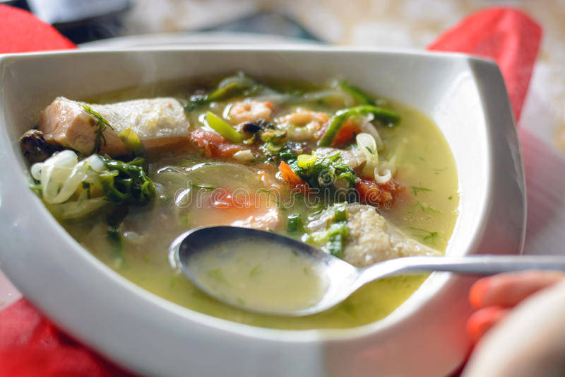 Bouillabaissen fiskar soppa med skaldjur, laxfilén, räka, rich smakar, den smakliga matställen arkivbilder