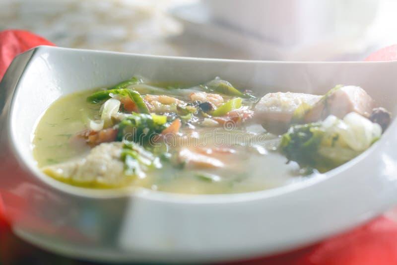 Bouillabaissen fiskar soppa med skaldjur, laxfilén, räka, rich smakar, den smakliga matställen royaltyfria bilder