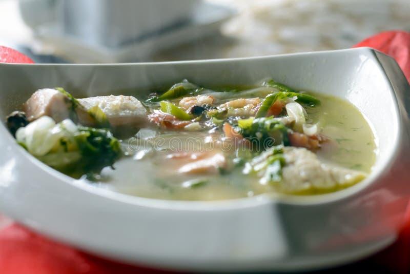 Bouillabaissen fiskar soppa med skaldjur, laxfilén, räka, rich smakar, den smakliga matställen arkivbild
