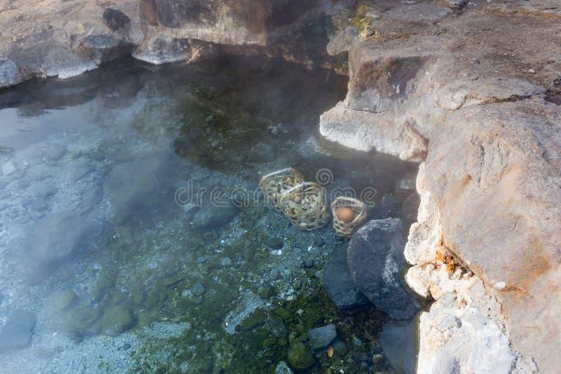 Bouillez les oeufs en source thermale, parc national de Chaeson, Lampang, Tha?lande photographie stock libre de droits
