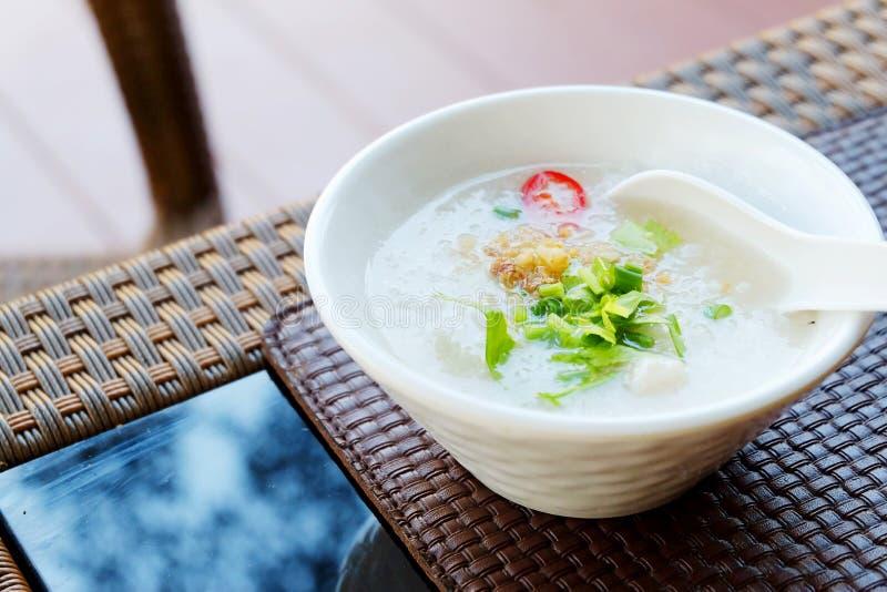Bouillie de maïs ou riz bouilli avec du porc par style de la Thaïlande images libres de droits