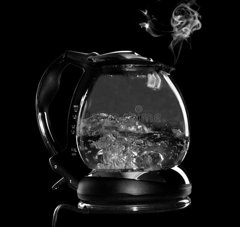 Bouilloire avec l'eau bouillante et la vapeur d'isolement photographie stock libre de droits