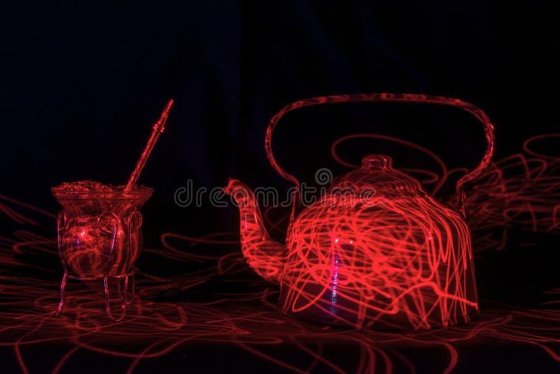 Bouilloire d'eau mate et chaude de Yerba et à rayon laser rouge photo stock