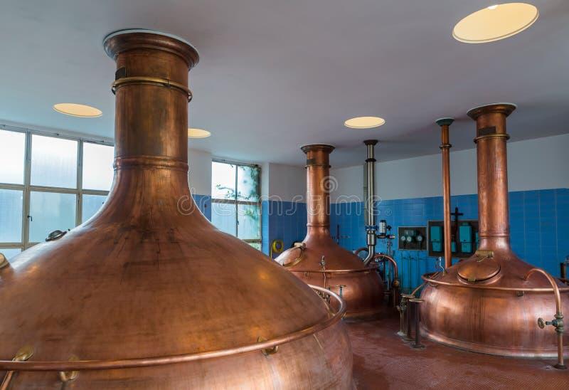 Bouilloire de cuivre de vintage - brasserie en Belgique photographie stock libre de droits
