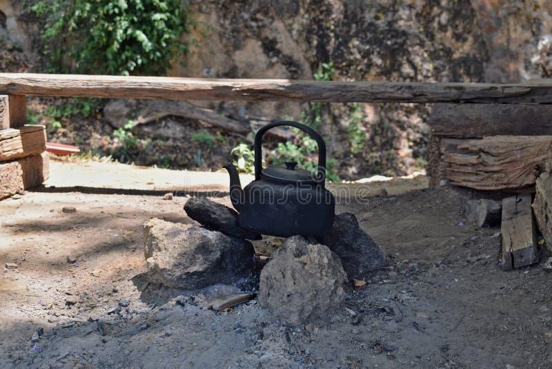 Bouilloire de feu de camp images stock