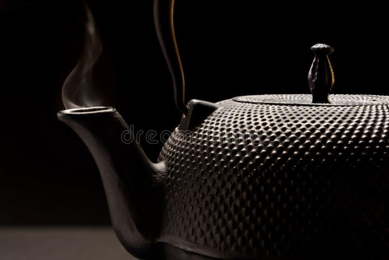 Bouilloire de fonte avec de la fumée. photo stock