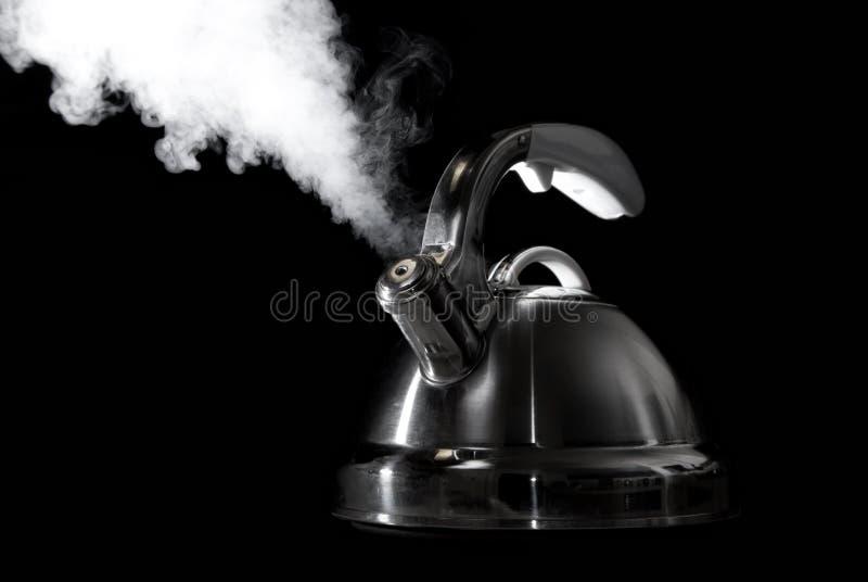Bouilloire de thé avec l'eau bouillante photos stock
