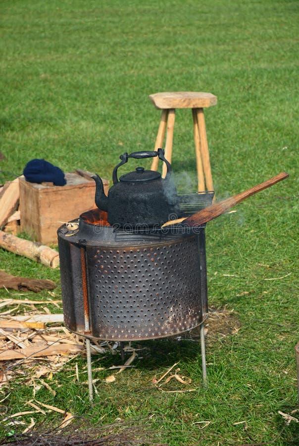 Bouilloire de th? Le feu circulaire de camp photographie stock