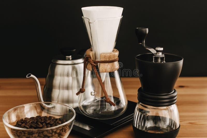 Bouilloire en acier, échelles électroniques, broyeur manuelle, flacon en verre, grains de café sur le bois Ensemble alternatif de photos libres de droits