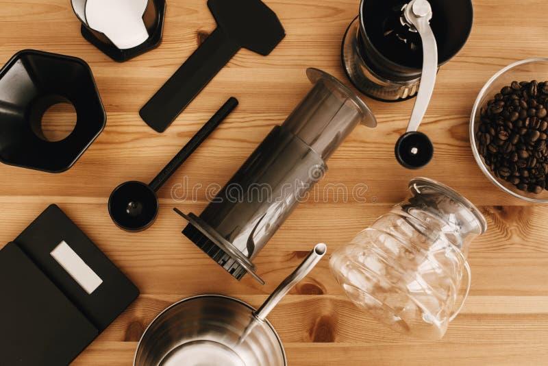 Bouilloire en acier, échelles, broyeur manuelle, aeropress, vue supérieure de grains de café Méthode alternative de brassage de c photographie stock libre de droits