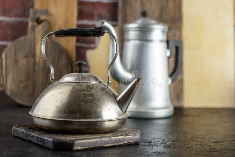 Bouilloire en métal et pot de café images stock