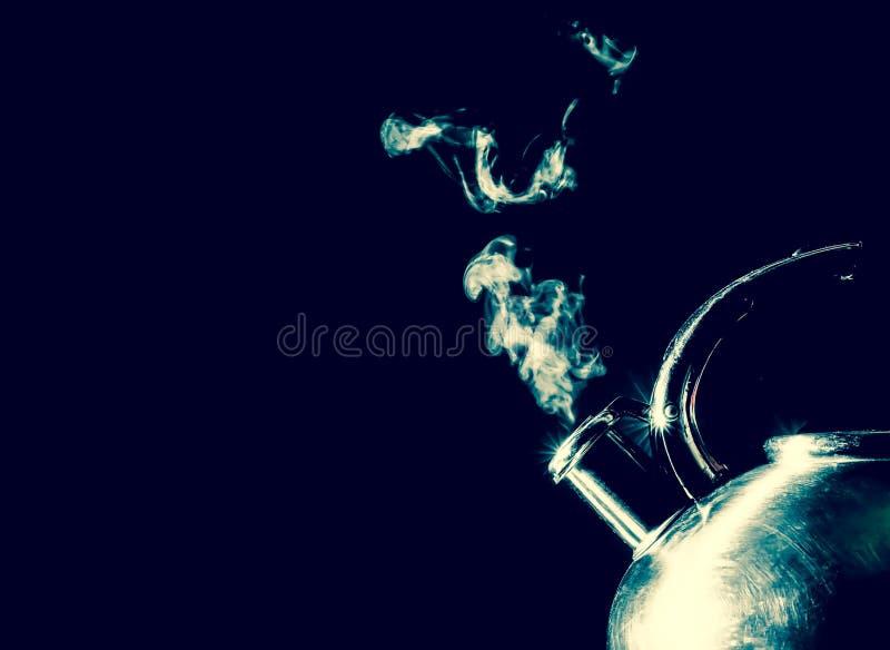 Bouilloire sifflant, bouilloire de ébullition avec la texture de vapeur sur un fond noir photo libre de droits