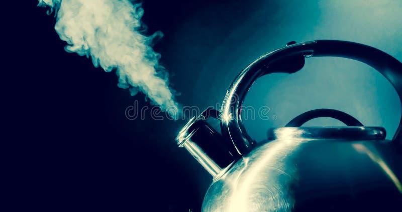 Bouilloire sifflant, bouilloire de ébullition avec la texture de vapeur sur un fond noir Vintage, photo grunge de style image stock