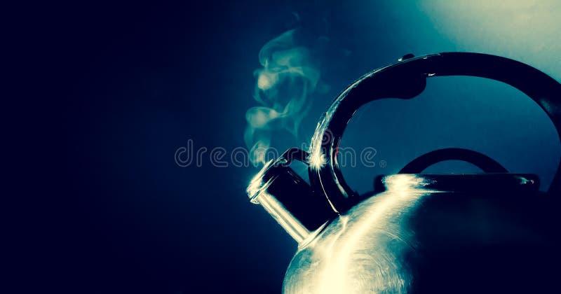 Bouilloire sifflant, bouilloire de ébullition avec la texture de vapeur sur un fond noir Vintage, rétro photo grunge de style photographie stock libre de droits