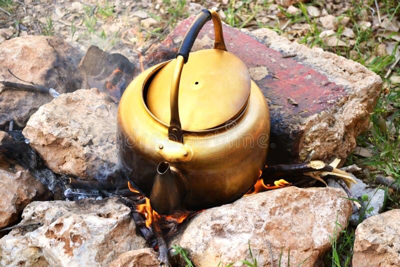 Bouilloire sur le feu en bois image libre de droits