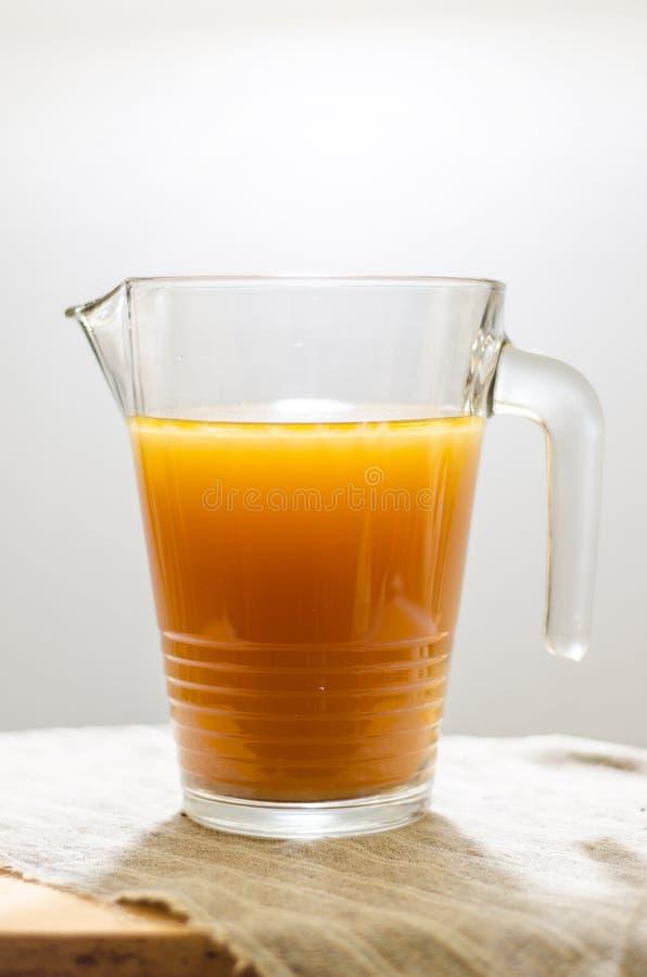 Bouillon de boeuf dans la tasse transparente photo stock