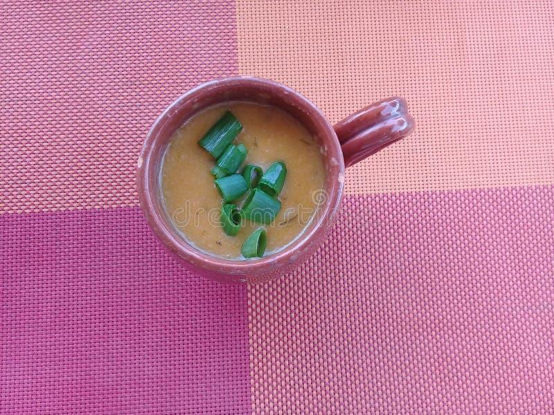 Bouillon de crevette dans une tasse d'argile photos stock